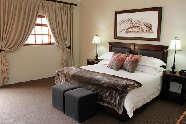 Dieses Doppelzimmer Verfügt über Ein King Size  Oder Queen Size Bett, Eine  Kaffee  / Teestation, Ein En Suite Badezimmer, Einen Fernseher, Eine  Klimaanlage ...